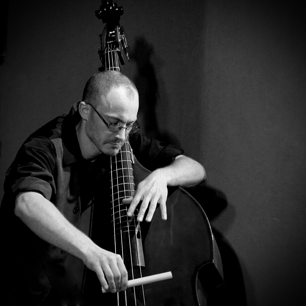 Tithouan musicien multi instrumentiste contrebasse avec Nicolas Demailly église Eourres